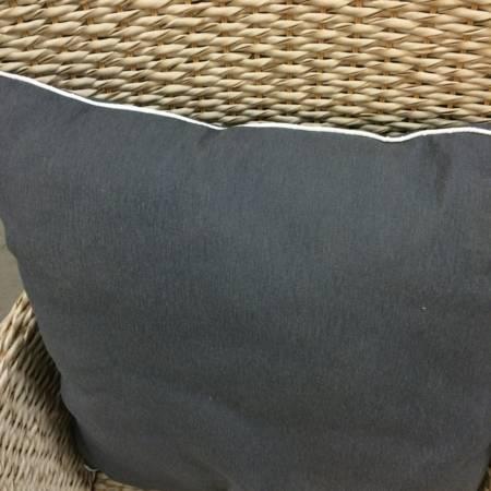 Zierkissen grau mit weißem Keder